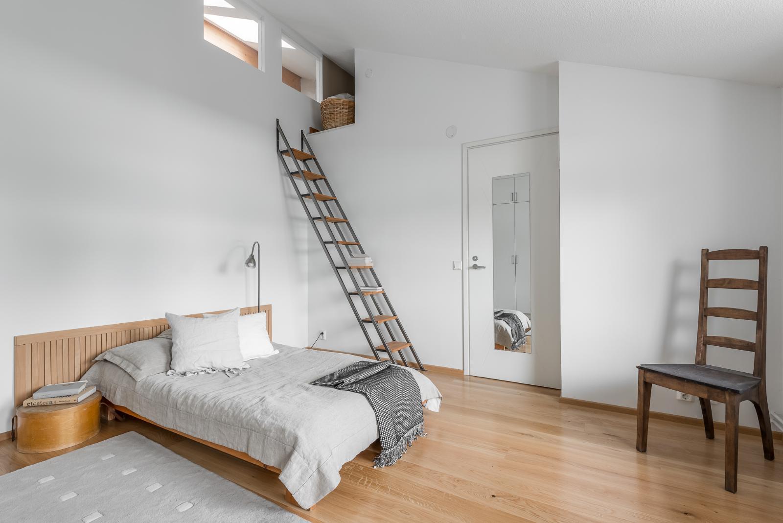 Tämä onkin hyvä tapa saada lisää levollisuuden tuntua makuuhuoneeseen.  Tämän makuuhuoneen löydät tästä kodista. 226ee6b82b