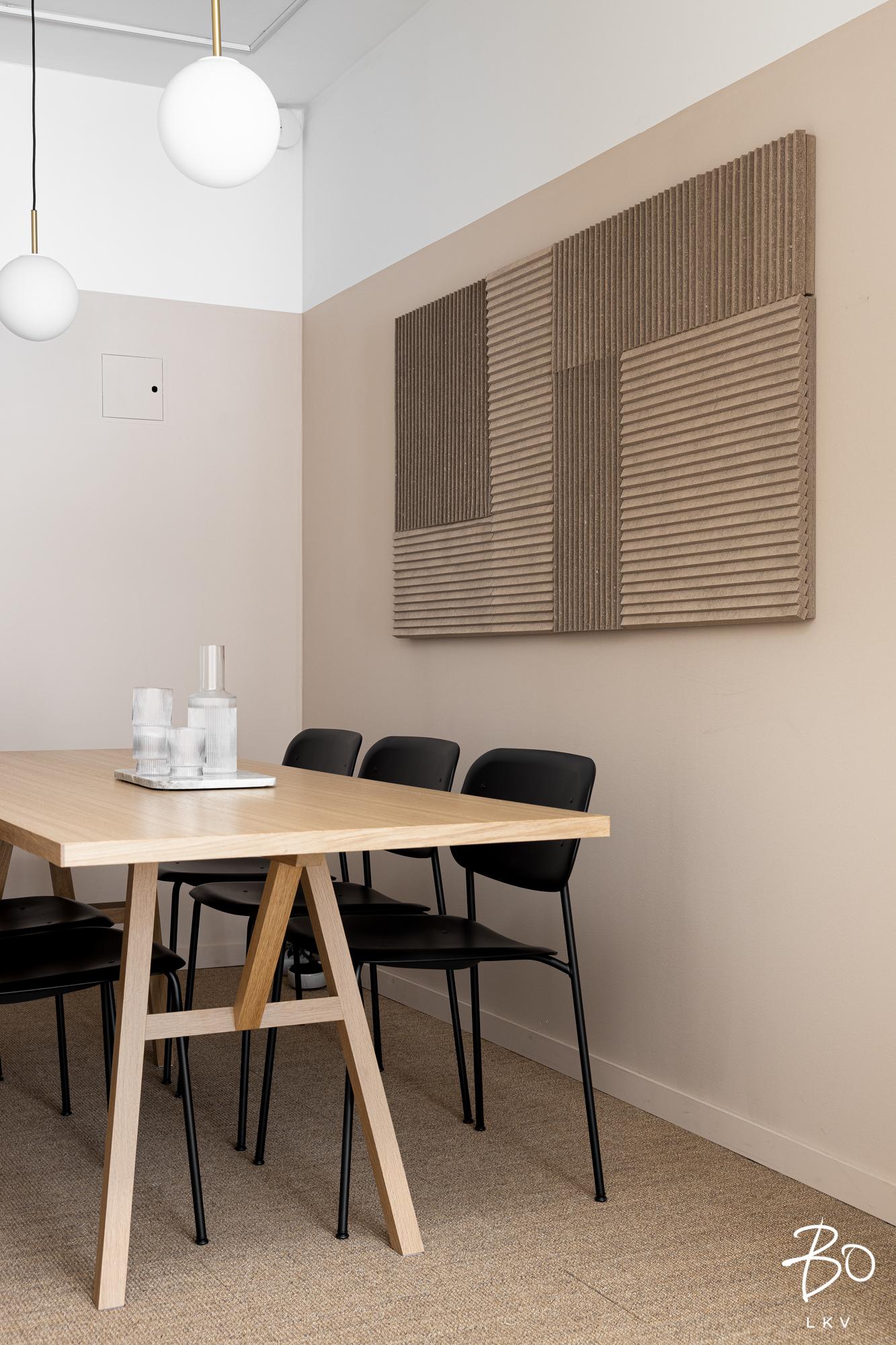 neuvottelutilan sisustus, ergonominen sisustus, toimiston akustiikka, toimiston pöydät