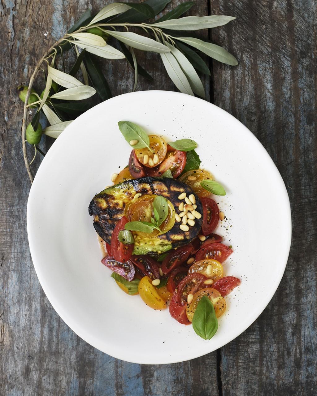 Grillattu avokado tomaattisalaatilla